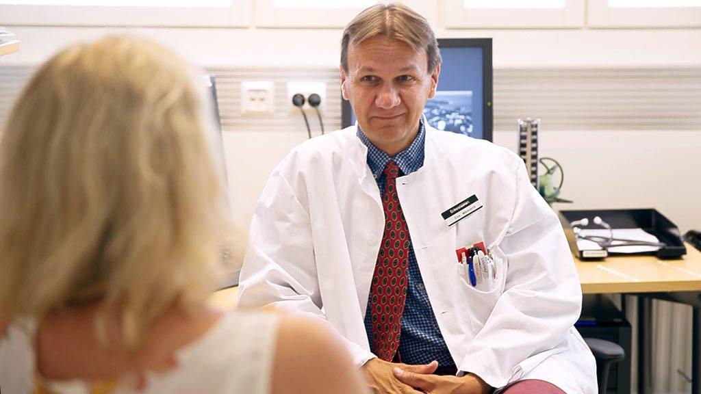埃萨肿瘤医生为病人诊断